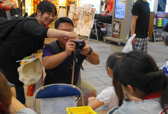 家族連れ。はい、ポーズ。幸せそう。カメラを持っているって、外国の人かな?
