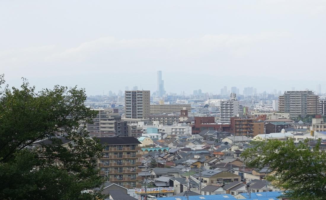 観音寺近くの高台から遠くにあべのハルカスが見える。