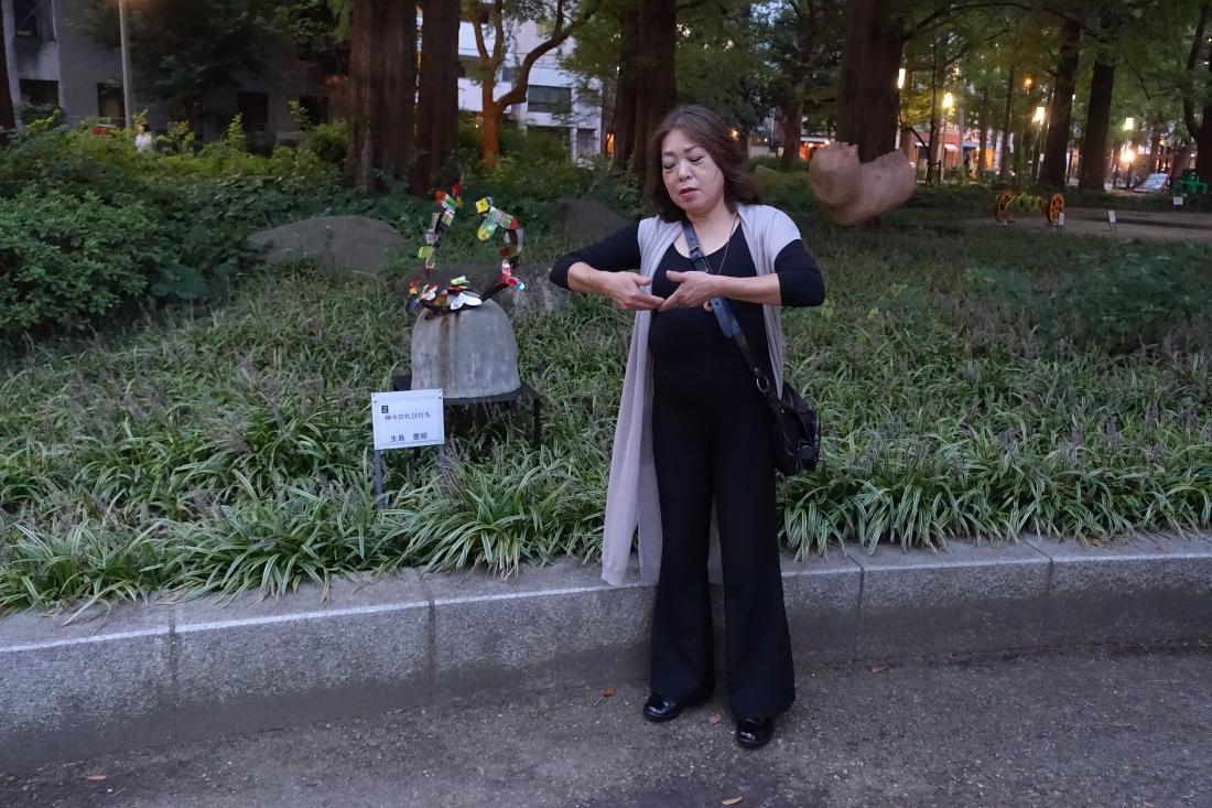 大阪彫刻家会議の皆さんの「花と彫刻展」。生島さんの作品の前で