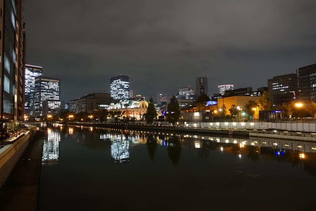 北浜へ来たらライオン橋(土佐堀川)の上から市役所と中央公会堂、東洋陶磁美術館。
