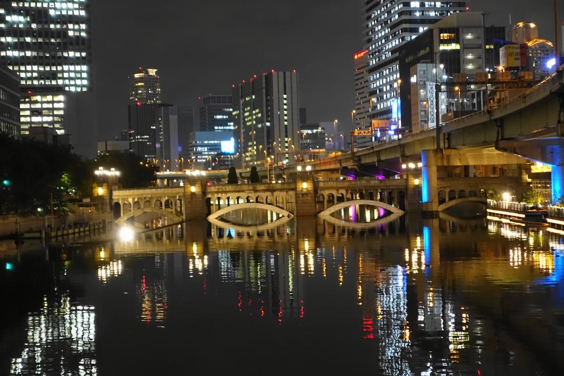 堂島川にかかる水晶橋。結構歩きました。確かに夜景はきれいになったと思います。お楽しみください。