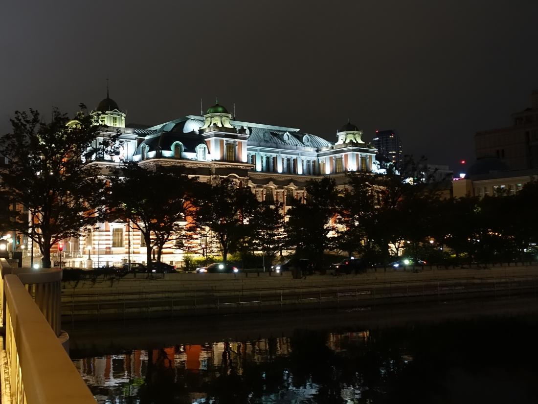 堂島川の向こうに中央公会堂。