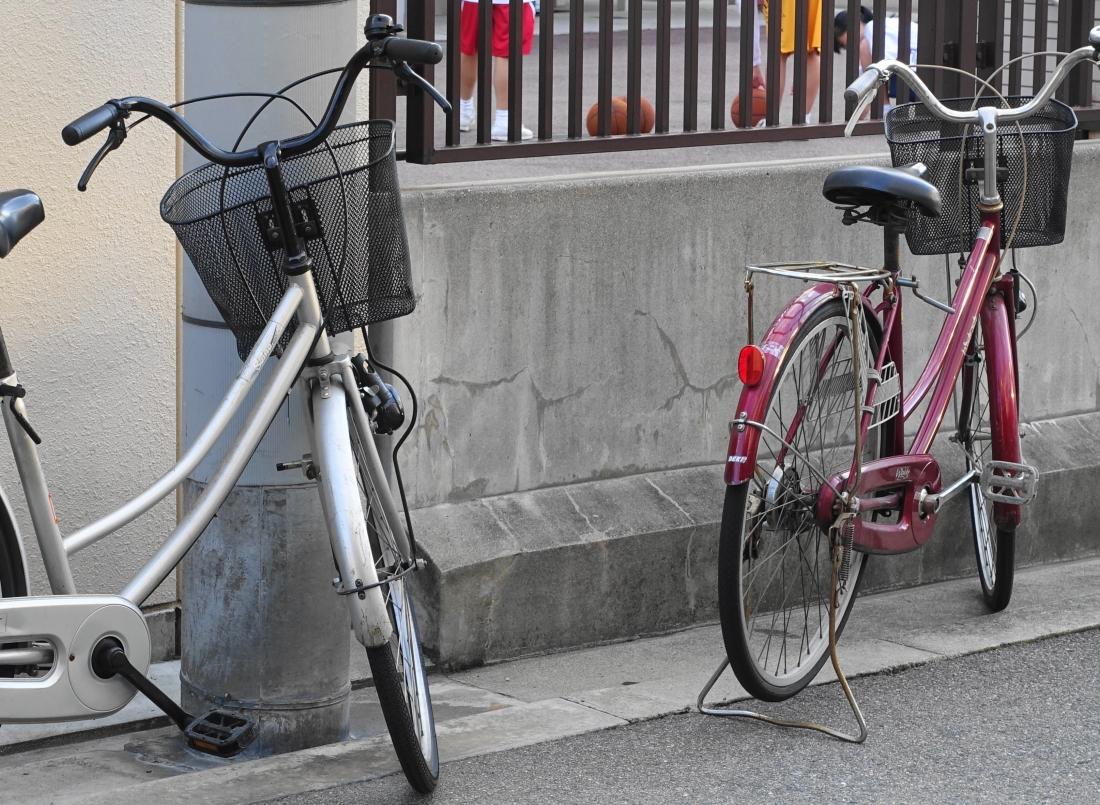 ポテトチップスの事務所はJR桃谷駅近く、近くの画廊さんには晴天専用のマイカー。
