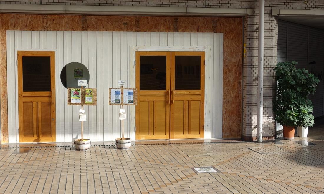 ロコロナギャラリーはリニューアル。左右に入口。二つの展覧会が同時開催できます。関西在住作家の美術&芸術展は右側扉。