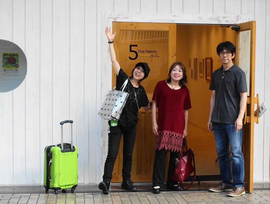 今日は展覧会最終日。左から大木畑希美さん、山下裕子(アートムーブ)、ロコロナギャラリーの山口茂樹さん