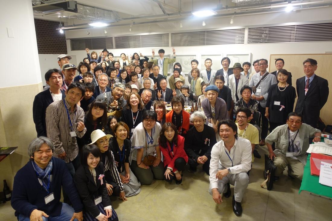 2016年4月26日のアートムーブコンクール懇親会に集まり、最後まで残ってくださった人たちと記念写真。
