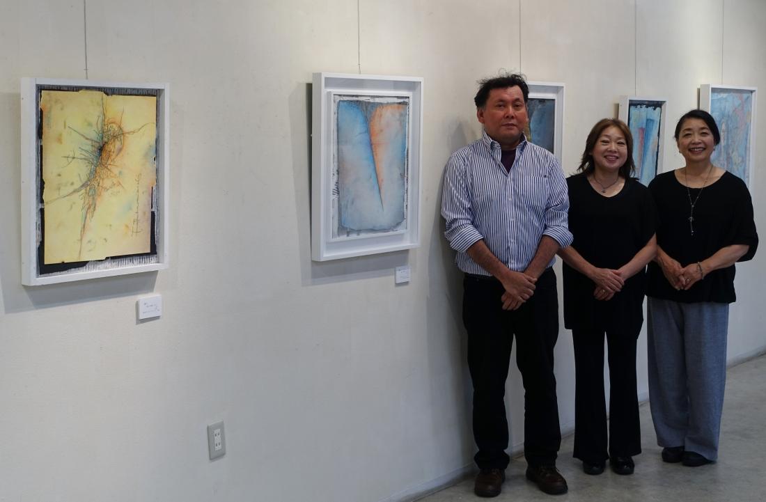 受賞作の前で 左から 松原隆志さん、アートムーブコンクール主催者 山下裕子、ギャラリーいろはにオーナー 北野庸子さん