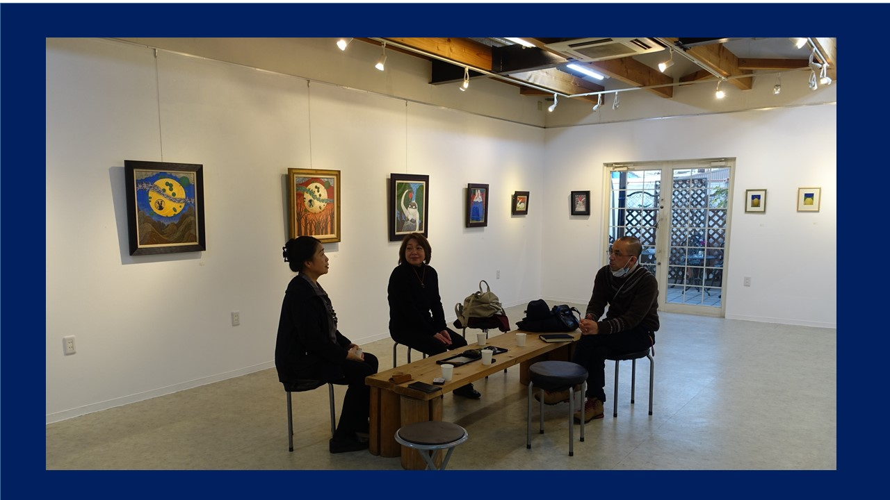 左から、ギャラリーいろはにのオーナー、北野庸子さん、ポテトチップスの山下裕子、古市正彦さん。
