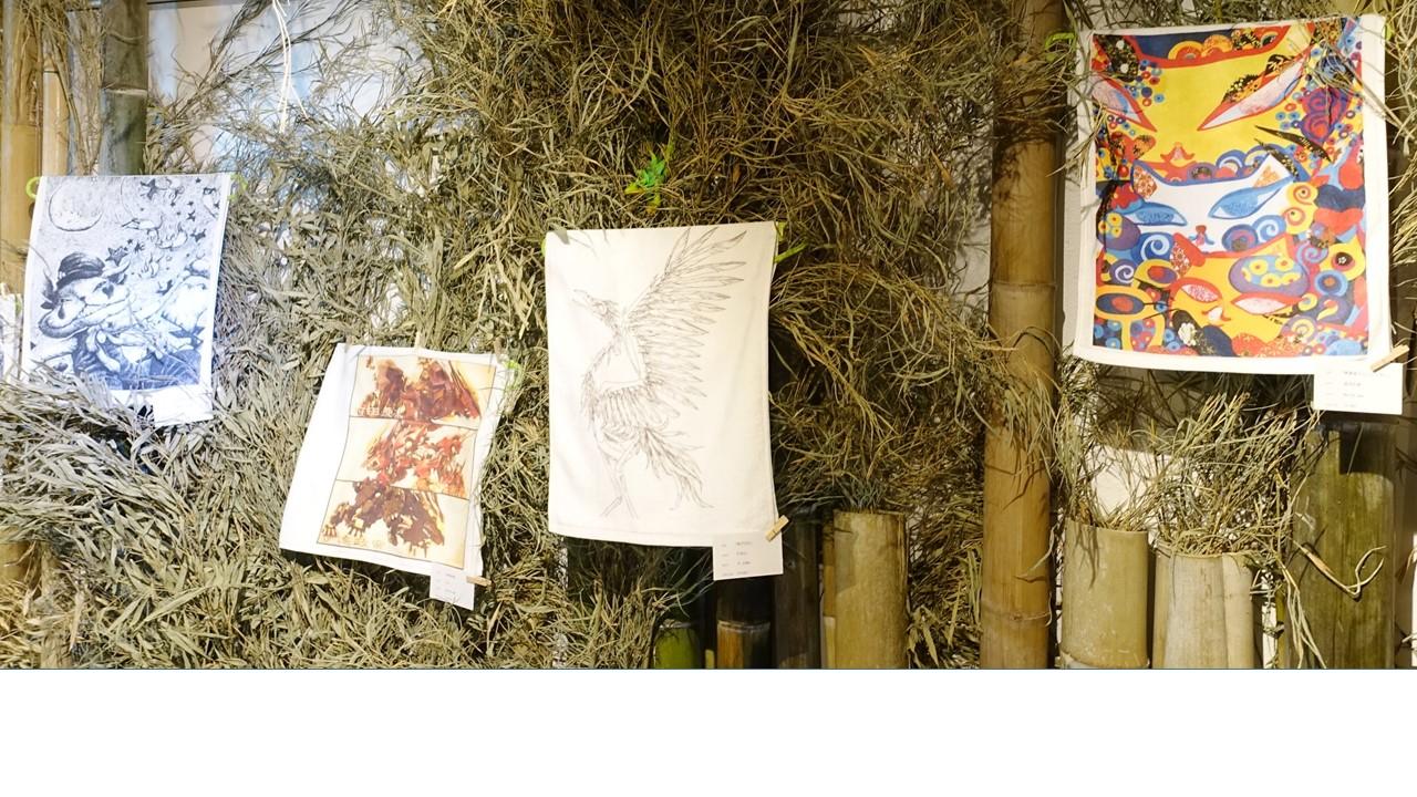 作品は笹に囲まれていました。