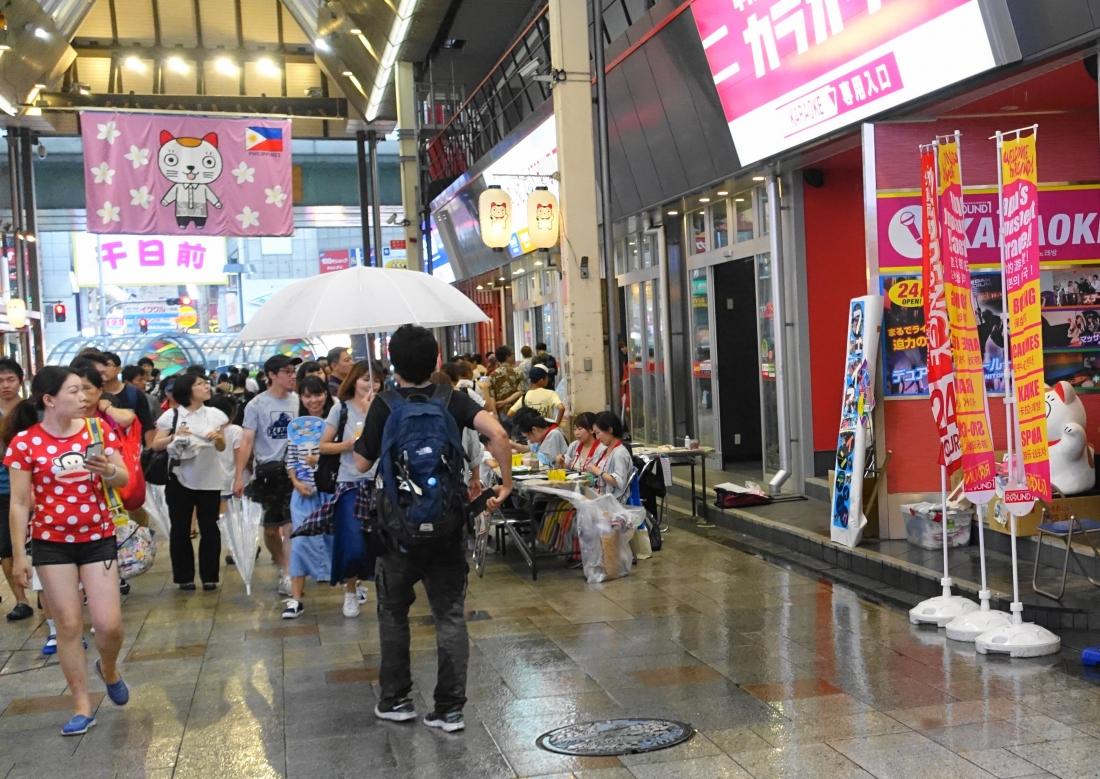 一部を撤収。この傘「やらせ」ではありませんよ。横道から入ってきた人だよ。でも突然の雨がわかるかな。