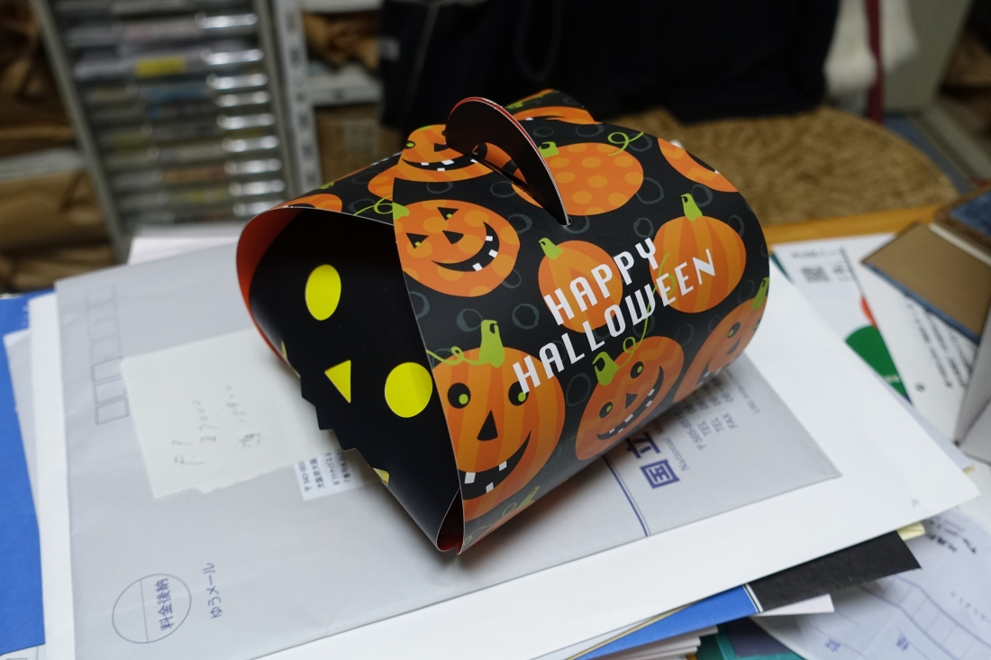 10月28日にはハロウィンのプレゼントが事務所に届きました。