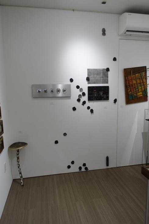 左下のキノコも、5つの目玉も、点々と広がる実は黒い顔も作品。自由がいいよ。