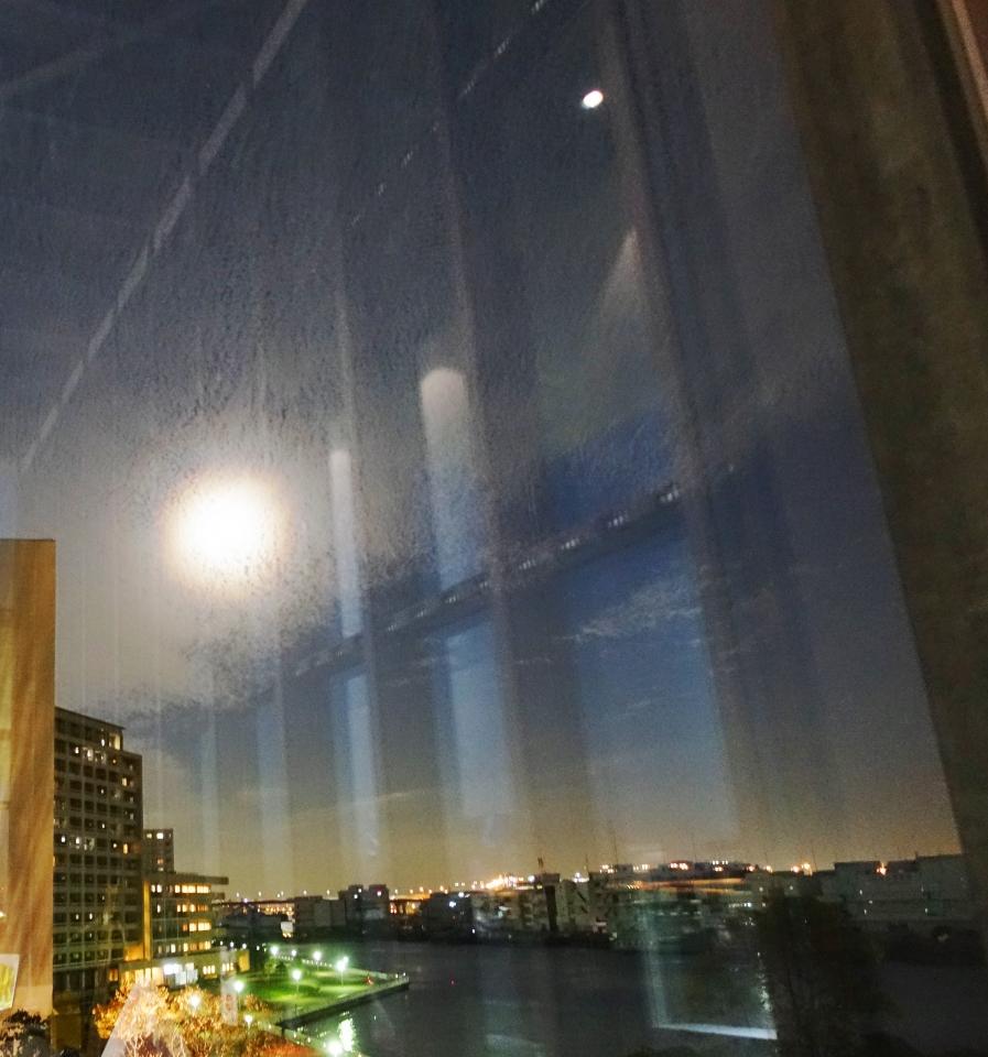 美術館のガラス越しに不思議な「月」が見えました