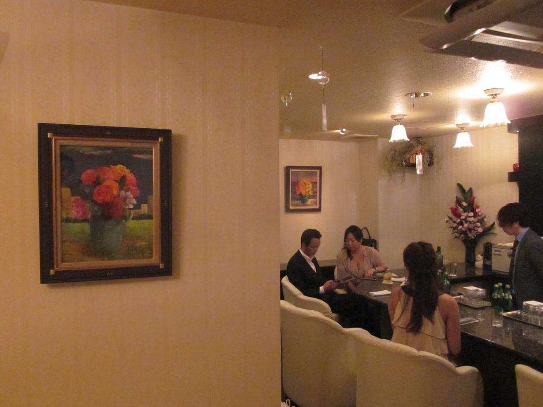 油彩作家:山口とし子さん作品展示 大阪市北区曽根崎新地 会員制ラウンジにて
