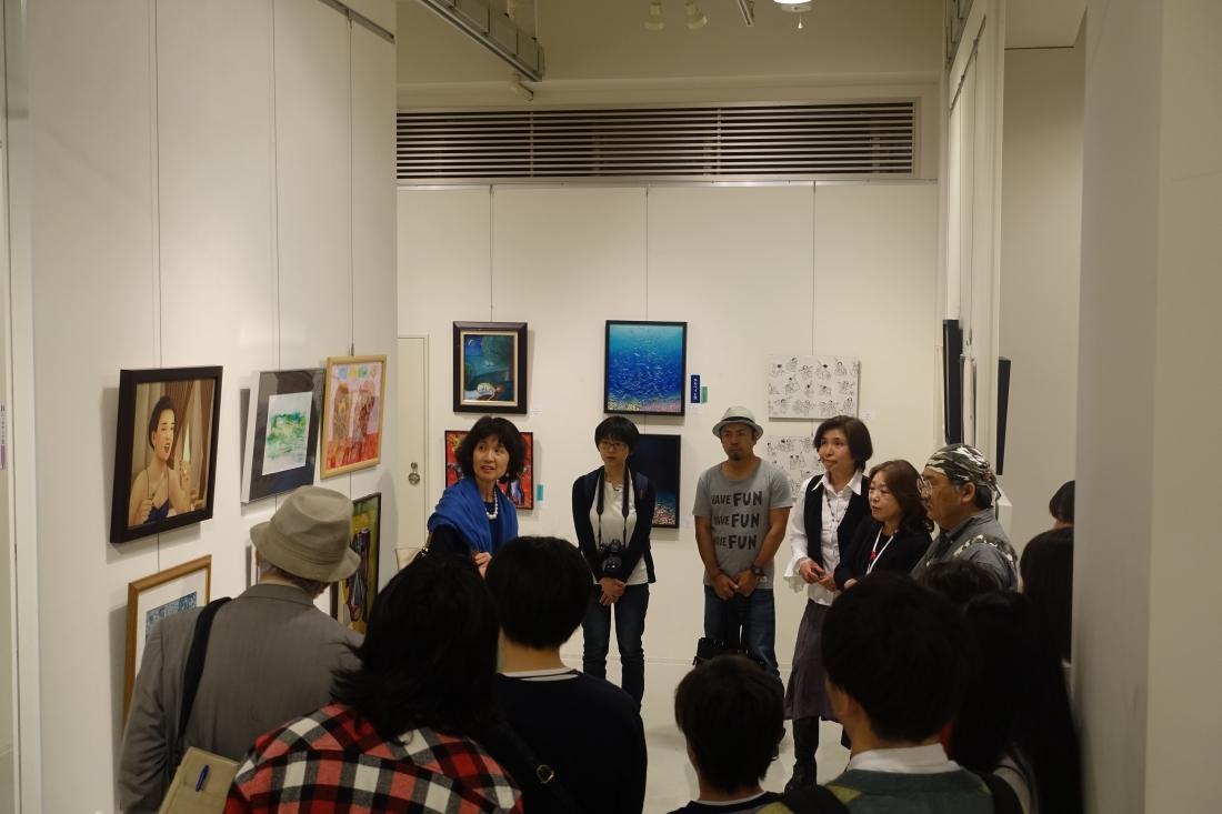 アートムーブコンクール展の特徴の一つ。合評会の様子1