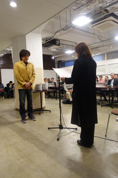 大賞を受賞した鷲見綱一さんにポテトチップス主宰山下裕子から表彰です。