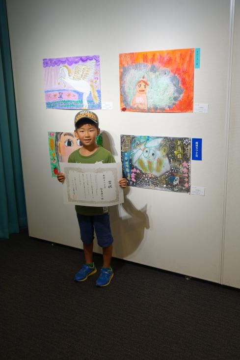 画材カワチ賞。1年。「めんふくろうがねずみをさがしてる。みつけたのはヘビ。1900コの星と東京のまち。」が題名。