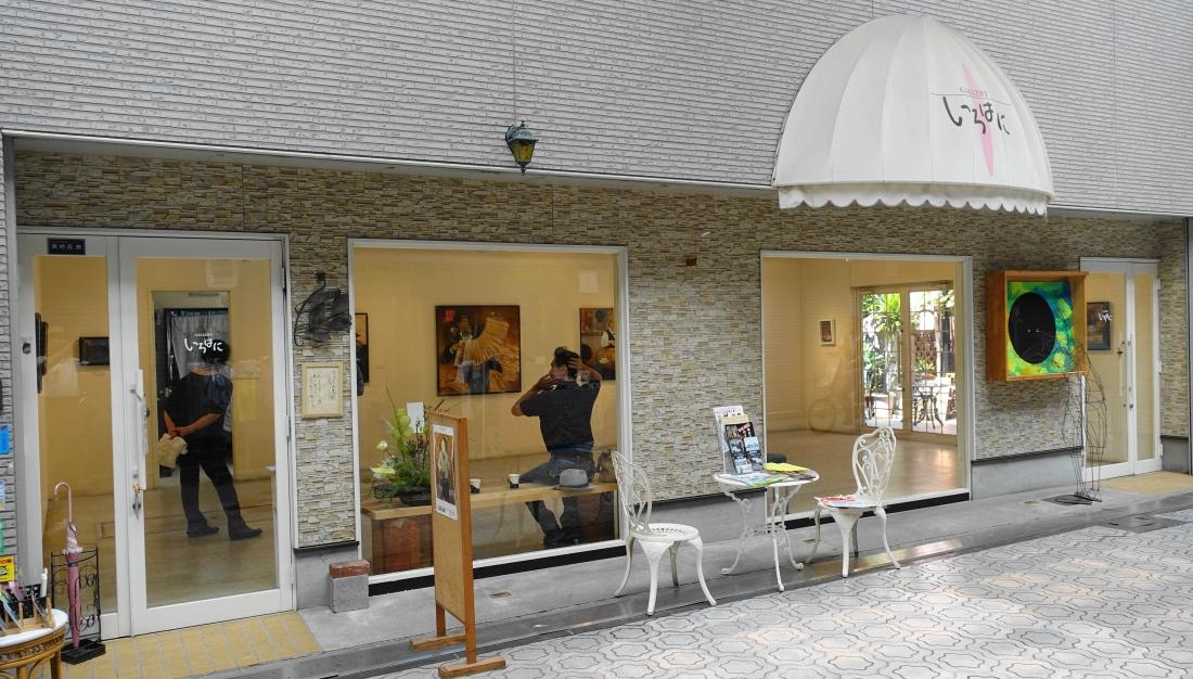 8月26日 高橋誠展を見に行きました。画廊の外から