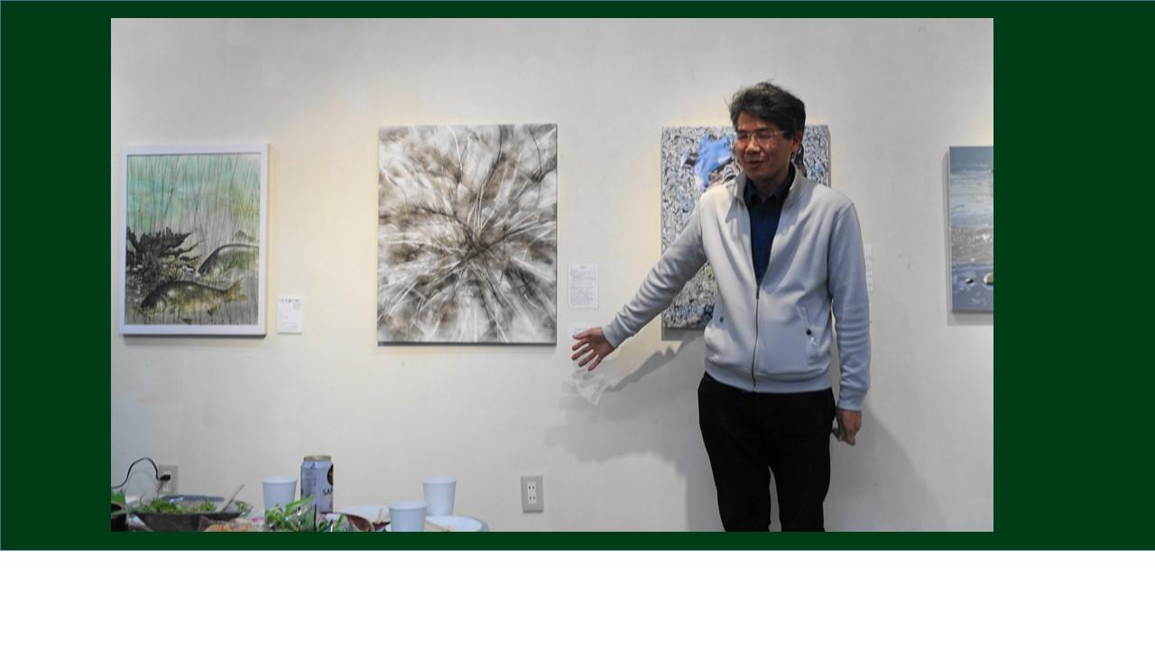 佐野さん。ペットボトルの造形作品の一方、絵画にも力を入れているとのこと。