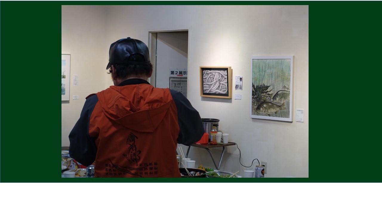 カメラの位置が悪くてすみません。後ろ向きの福永さんです。右の作品。ヘラブナはカラー魚拓とのこと。