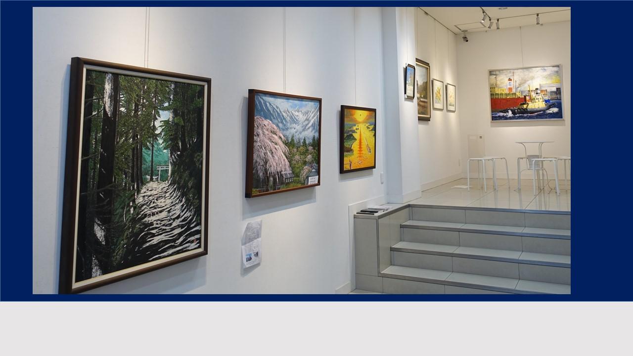 展示の様子です。日本画、油絵、水彩、貼り絵、色鉛筆など様々な作品が集まりました