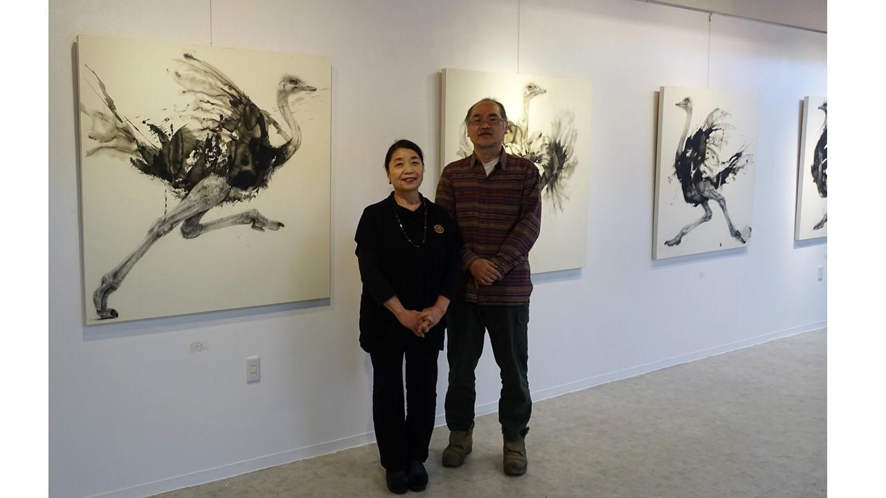 作品の前で 作家池上武男氏(右)と画廊オーナー北野庸子氏