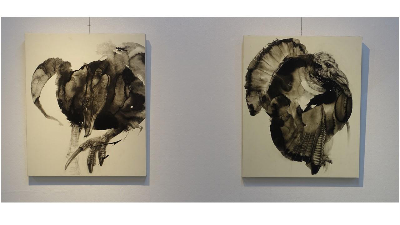 左、第23回アートムーブコンクール、ギャラリーいろはに賞受賞作品「捨てた翼を夢みる」、右、同入選作品「カラフルな黒」